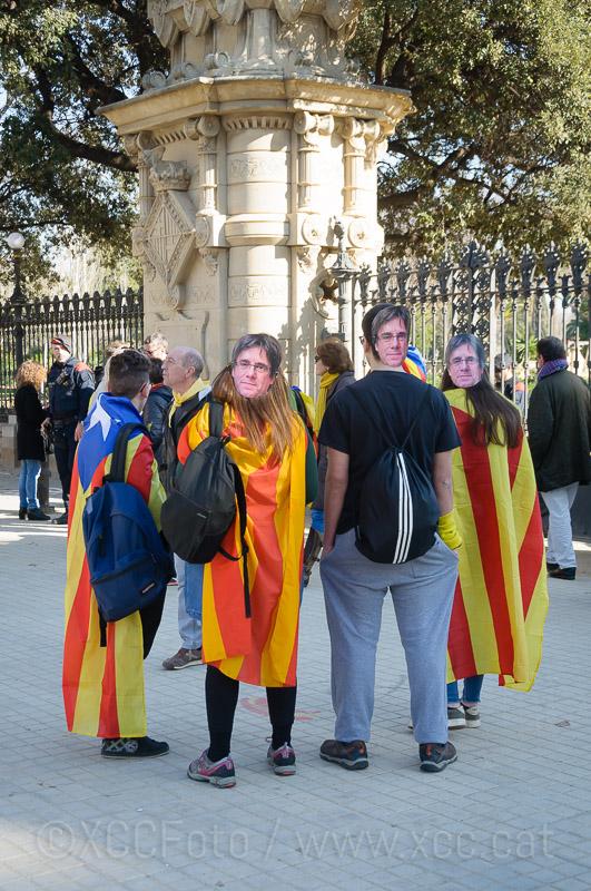 "Manifestants amb estelades i ""caretes"" de Puigdemont."