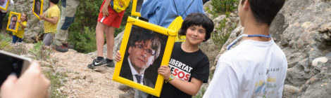 Cadena humana a Montserrat: Faran el cim!